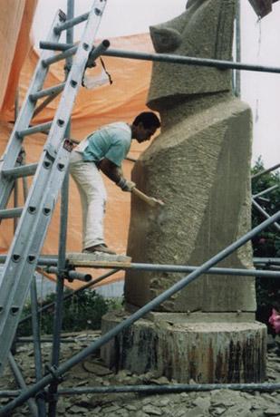 DE BEELDHOUWER BENE AUKARA TUKI PATE IN 1993
