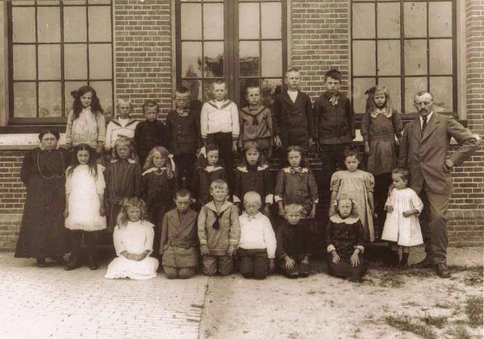 DRIE KLASSEN MET MEESTER KLIMP EN JUFFROUW DOUWSMA 1916